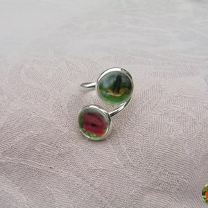 Tropicana üveglencsés gyűrű kolibrivel és hibiszkusszal, Ékszer, Gyűrű, Üveglencsés gyűrű, Ékszerkészítés, A gyűrű alapja mérsékelten állítható, ezért nagyon vékony ujjú hölgyeknek nem ajánlom.\nA képek átmér..., Meska