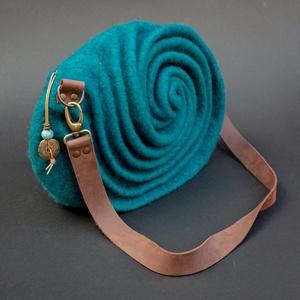 Haton türkizben - Attitűd kollekció, Táska, Táska, Divat & Szépség, Válltáska, oldaltáska, Nemezelés, Egy édesanyának készítettem ezt a táskát. Családra szabottan. Hatan vannak. Hat ívet formáltam össze..., Meska