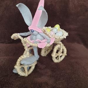 Bicikliző húsvéti nyuszi, Húsvéti díszek, Ünnepi dekoráció, Dekoráció, Otthon & lakás, Mindenmás, 16cm hosszú nyuszifigura biciklin. Kosárkáját tetszőlegesen díszítheted.,A nyuszi filc anyagból kész..., Meska