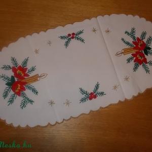Karácsonyi hímzett terítő, Lakberendezés, Otthon & lakás, Lakástextil, Terítő, Dekoráció, Hímzés, Teljes egészében kézzel hímzett, gyönyörű karácsonyi mintájú hímzett terítő. Mérete:55 x 27 cm.\nVala..., Meska