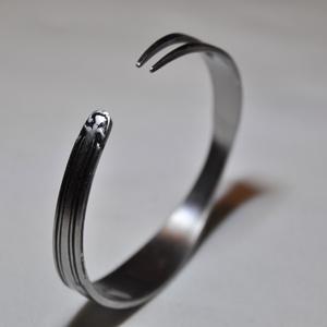 'Slender Beauty' - gyönyörű letisztult fém karkötő (KK029), Ékszer, Anyák napja, Karkötő, Ékszerkészítés, Fémmegmunkálás, Szolid mintás, letisztult vékony fém karkötő konyhai eszközből, selymes fényezéssel.  Súlya 0,04kg ..., Meska