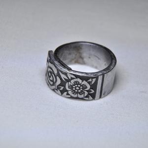 Virág mintás antik gyűrű (GY007), Anyák napja, Ékszer, Szerelmeseknek, Gyűrű, Ékszerkészítés, Fémmegmunkálás, Virág mintás egyedi készítésű fém gyűrű, különleges kiemeléssel, színezéssel.  Belső átmérője: 18mm..., Meska