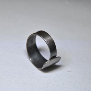 Letisztult antik fém gyűrű (GY011), Ékszer, Gyűrű, Szerelmeseknek, Ünnepi dekoráció, Dekoráció, Otthon & lakás, Ékszerkészítés, Fémmegmunkálás, Egyedi készítésű letisztult antik fém gyűrű.\n\nBelső átmérője: fix 18mm\nSúlya: <15g \n\nGyűrűimből mára..., Meska