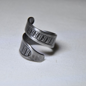 Bordázott csavart fém gyűrű (GY013), Ékszer, Gyűrű, Szerelmeseknek, Ünnepi dekoráció, Dekoráció, Otthon & lakás, Ékszerkészítés, Fémmegmunkálás, Bordázott, csavart fém gyűrű fekete kiemeléssel, egyedi formázással.\n\nBelső átmérője: fix 16mm\nHossz..., Meska