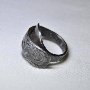 Egyedi antik fém gyűrű (GY109), Ékszer, Gyűrű, Szerelmeseknek, Ünnepi dekoráció, Dekoráció, Otthon & lakás, Ékszerkészítés, Fémmegmunkálás, Egyedi készítésű fém gyűrű, különleges sötétítéssel, fényesítéssel.\n\nBelső átmérője: fix 17mm\nSúlya:..., Meska