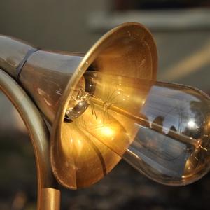 Rézkürt asztali lámpa, Dekoráció, Otthon & lakás, Lakberendezés, Lámpa, Bútor, Fémmegmunkálás, Antik sárgaréz eszközökből, kürtből készült egyedi asztali lámpa retro izzóval, sodrott kötél stílus..., Meska