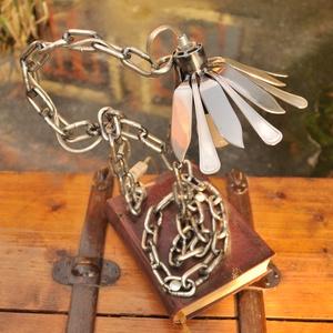 'Könyvmoly' asztali lámpa, Dekoráció, Otthon, lakberendezés, Bútor, Lámpa, Fémmegmunkálás, Antik könyvbőlés fém láncból készült egyedi asztali lámpa átlátszó vezetékkel. Lakozott felületű.  ..., Meska