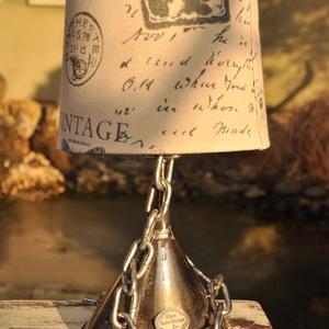 Antik tölcsér asztali lámpa, Dekoráció, Otthon & lakás, Lakberendezés, Lámpa, Bútor, Fémmegmunkálás, Antik tölcsérből és fém láncból készült egyedi asztali lámpa búrával, átlátszó vezetékkel. Lakozott ..., Meska
