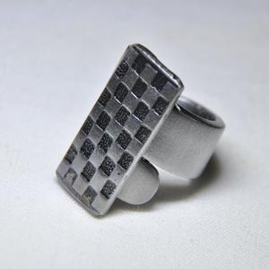 Füstös-rácsos fémgyűrű (GY065), Ékszer, Gyűrű, Szerelmeseknek, Ünnepi dekoráció, Dekoráció, Otthon & lakás, Ékszerkészítés, Fémmegmunkálás, Saját készítésű négyzetrács mintás fémgyűrő, egyedi kialakítással és színezéssel, füstös sötétítésse..., Meska