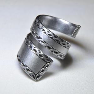 Szalag mintás csavart gyűrű (GY069), Ékszer, Szerelmeseknek, Anyák napja, Gyűrű, Ékszerkészítés, Fémmegmunkálás, Saját készítésű elegáns, szalag mintás csavart fémgyűrő, egyedi kialakítással, impozáns megjelenéss..., Meska