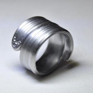 Impozáns csavart karikagyűrű (GY070), Anyák napja, Ékszer, Szerelmeseknek, Gyűrű, Ékszerkészítés, Fémmegmunkálás, Elegáns fém karikagyűrű letisztult dizájnnal, különleges fényezéssel.  Belső átmérője: fix 20mm Súl..., Meska