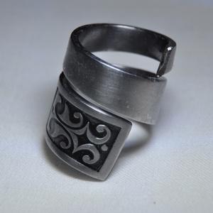 Égetett csavart fém gyűrű (GY114), Ékszer, Gyűrű, Szerelmeseknek, Ünnepi dekoráció, Dekoráció, Otthon & lakás, Karácsony, Ékszerkészítés, Fémmegmunkálás, Elegáns, sötét mintás csavart fémgyűrű, egyedi égetett színezéssel.\n\nBelső átmérője: fix 18mm\nHossz:..., Meska