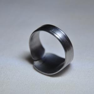 Egyszerűen elegáns karika gyűrű (GY120), Ékszer, Gyűrű, Szerelmeseknek, Ünnepi dekoráció, Dekoráció, Otthon & lakás, Egyéb, Ékszerkészítés, Fémmegmunkálás, Egyedi, egyszerű de elbűvölő sima karika gyűrű.\n\nBelső átmérője: fix 18,5mm\nSúlya: <15g \n\nHa tetszik..., Meska
