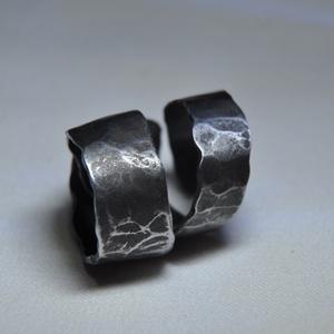 Kovácsolt csavart fém gyűrű (GY121), Ékszer, Szerelmeseknek, Képzőművészet, Gyűrű, Ékszerkészítés, Kovácsoltvas, Elbűvölő márványozott mintás, kovácsolt fém gyűrű. Csavart és nyújtott kialakítással, egyedi fényez..., Meska
