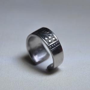 Elbűvölő mintás karika gyűrű (GY123), Eljegyzési gyűrű, Ékszer, Esküvő, Ékszerkészítés, Fémmegmunkálás, Egyedi és meseszép, egyszerű kialakítású mintás karika gyűrű.\n\nBelső átmérője: fix 16mm\nSúlya: <15g ..., Meska
