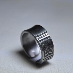 Füstös, mintás karikagyűrű (GY129), Ékszer, Esküvő, Ékszerkészítés, Fémmegmunkálás, Sötétített fém karikagyűrű egyedi kialakítással, rózsa mintázattal.\n\nBelső átmérője: fix 16,5mm\nSúly..., Meska