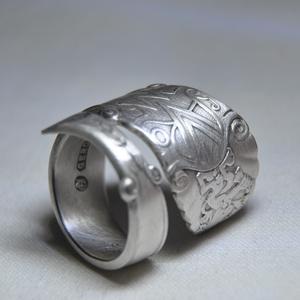 Impozáns ezüstözött fémgyűrű (GY136), Ékszer, Szerelmeseknek, Gyűrű, Ékszerkészítés, Fémmegmunkálás, Gyönyörű ezüstözött antik gyűrű, egyedi mintával, csavart kialakítással és polírozással. Alapanyaga..., Meska