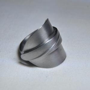 Elegáns kiskanál hajtott gyűrű (GY135), Dekoráció, Ékszer, Szerelmeseknek, Gyűrű, Ékszerkészítés, Fémmegmunkálás, Különleges hajtott fémgyűrű kanálból, elegáns mintával. Egyedi kilalakítással és polírozással.  Bel..., Meska