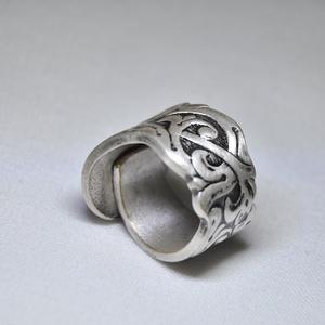 Ezüstözött antik gyűrű (GY003), Ékszer, Gyűrű, Szerelmeseknek, Ünnepi dekoráció, Dekoráció, Otthon & lakás, Ékszerkészítés, Fémmegmunkálás, Gyönyörű ezüstözött antik gyűrű, egyedi virágos mintával, karika kialakítással, polírozott.\nAlapanya..., Meska