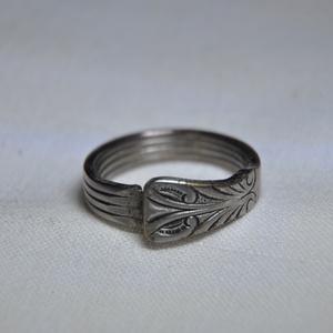 Antik karikagyűrű gyönyörű mintával (GY140), Ékszer, Gyűrű, Szerelmeseknek, Ünnepi dekoráció, Dekoráció, Otthon & lakás, Ékszerkészítés, Fémmegmunkálás, Csodaszép mintázatú elegáns karikagyűrű, antik eszközből. \n\nBelső átmérője: fix 18mm\nSúlya: <15g \n\nH..., Meska