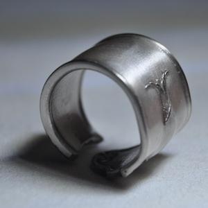 Ezüstözött fémgyűrű (GY211), Ékszer, Gyűrű, Szerelmeseknek, Ünnepi dekoráció, Dekoráció, Otthon & lakás, Ékszerkészítés, Fémmegmunkálás, Ezüstözött, lakkozott egyedi fémgyűrű.\n\nBelső átmérője: fix 18mm\nSúlya: <25g \n\nGyűrűimből mára több,..., Meska