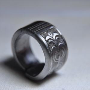 Mintás karika gyűrű (GY207), Kerek gyűrű, Gyűrű, Ékszer, Ékszerkészítés, Fémmegmunkálás, Egyszerű és elegáns, mintás karika gyűrű. Egyedi füstös színezéssel és polírozással.\n\nBelső átmérője..., Meska