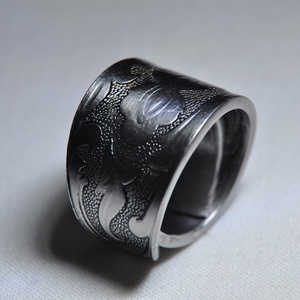 Impozáns, füstös gyűrű (GY201), Statement gyűrű, Gyűrű, Ékszer, Ékszerkészítés, Fémmegmunkálás, Elegáns, dupla falú, mintás karika gyűrű. Egyedi füstös színezéssel és polírozással.\n\nBelső átmérője..., Meska