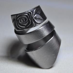 Simple rose - fém gyűrű (GY190), Fonódó gyűrű, Gyűrű, Ékszer, Ékszerkészítés, Fémmegmunkálás, Impozáns, sötétített mintás, fém gyűrű. Csavart kialakítással, egyedi füstös színezéssel.\n\nBelső átm..., Meska