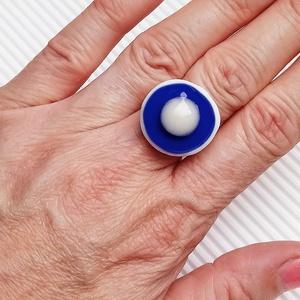 Ékszerüvegből készült gyűrű, Szoliter gyűrű, Gyűrű, Ékszer, Üvegművészet,  Bullseye ékszerüvegből készítettem a gyűrűmedált olvasztásos technikával. A medál átmérője 2, 1 cm...., Meska