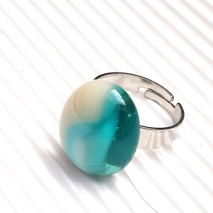 Ékszerüvegből készült gyűrű, Szoliter gyűrű, Gyűrű, Ékszer, Üvegművészet,  Bullseye ékszerüvegből készítettem a gyűrűmedált olvasztásos technikával. A medál mérete 1,7 cm x  ..., Meska