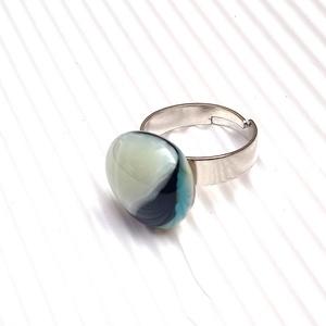 Ékszerüvegből készült gyűrű, Szoliter gyűrű, Gyűrű, Ékszer, Üvegművészet,  Bullseye ékszerüvegből készítettem a gyűrűmedált olvasztásos technikával. A medál átmérője 2,1 cm. ..., Meska