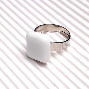 Ékszerüvegből készült gyűrű, Szoliter gyűrű, Gyűrű, Ékszer, Üvegművészet,  Bullseye ékszerüvegből készítettem a gyűrűmedált olvasztásos technikával. A medál mérete 1,4 cm x  ..., Meska