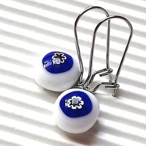 Kék-fehér - ékszerüvegből készült fülbevaló orvosi fémmel , Ékszer, Lógó fülbevaló, Fülbevaló, Ékszerkészítés, Üvegművészet, Meska