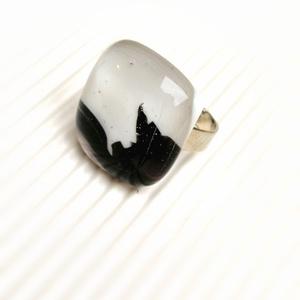 Ékszerüvegből készült gyűrű, Ékszer, Gyűrű, Üvegművészet, Bullseye ékszerüveg felhasználásával készítettem a gyűrűmedált olvasztásos technikával. A medál mér..., Meska