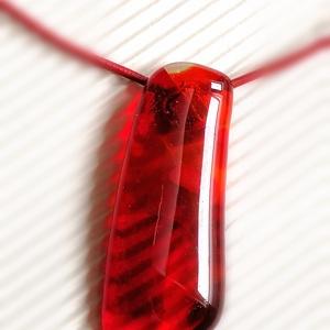 Vörös elegancia - ékszerüveg nyaklánc, Ékszer, Medálos nyaklánc, Nyaklánc, Ékszerüvegből, olvasztásos technikával készítettem ezt a különleges és feltűnő  medált, mellyel akár..., Meska