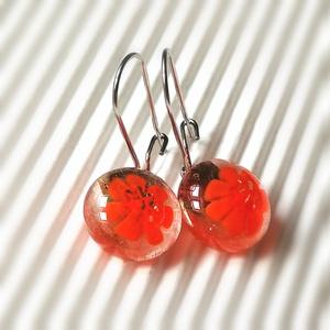 Narancs virágos - ékszerüvegből készült fülbevaló orvosi fémmel, Lógós fülbevaló, Fülbevaló, Ékszer, Ékszerkészítés, Üvegművészet, Ékszerüvegből készült  fülbevaló, orvosi fémmel szerelve, így nem allergizál, kislányoknak is bátran..., Meska