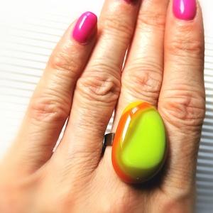 Ékszerüvegből készült gyűrű, Statement gyűrű, Gyűrű, Ékszer, Üvegművészet,  Bullseye ékszerüvegből készítettem a gyűrűmedált olvasztásos technikával. A medál mérete 2,8cm x  2..., Meska