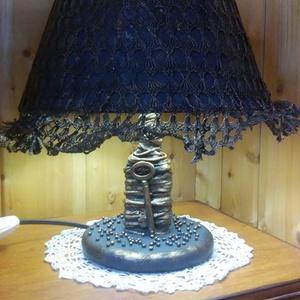 Antik hatású éjjeli lámpa, Lakberendezés, Otthon & lakás, Lámpa, Asztali lámpa, Újrahasznosított alapanyagból készült termékek, Csipkekészítés, A lámpa bolhapiacon vásárolt, textiltechnikával újragondolt, működőképes.\n-magassága 32 cm \n- az ern..., Meska