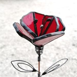 Tiffany technikával készített üveg pipacs irizáló piros , Otthon & lakás, Dekoráció, Dísz, Ünnepi dekoráció, Ballagás, Üvegművészet, Tiffany technikával készített üveg pipacs 2 levehető levélkével fekete patina széllel, réz pálcán\n6 ..., Meska