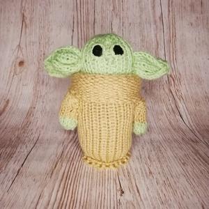Kötött Baby Yoda/ Kis Yoda, Játék & Gyerek, Plüssállat & Játékfigura, Kötés, Varrás, Kb. 18 cm magas Baby Yoda figura, önállóan képes megállni.\n\nSzükség esetén, kéz meleg, enyhén mosósz..., Meska