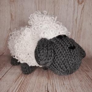 """Kötött bárány, Otthon & Lakás, Dekoráció, Horgolás, Kötés, Kb. 32x15 cm-es kötött bárány, sűrű fehér \""""bundával\"""", központi eleme lehet a tavaszi dekorációnak.\n\n..., Meska"""