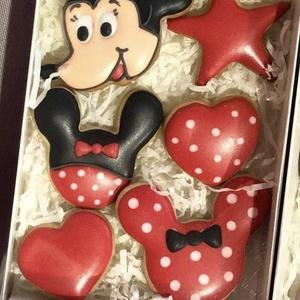 Mickey mézeskalács, Gyerek & játék, Baba-mama kellék, Kulinária (élelmiszer), Édességek, Mézeskalácssütés, kézzel készült mézeskalács\nA doboz 6 db mézeskalácsot tartalmaz.\nA doboz mérete 14*14 cm, Meska