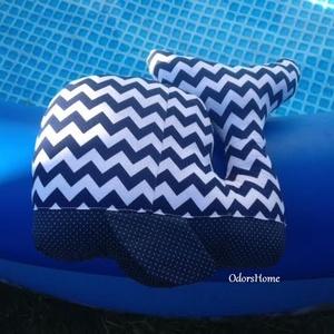 Bálna textil játék - bálna párna - matróz, tengerészkék színben, chevron mintás - babajáték - bébi bálna - kékbálna (OdorsHome) - Meska.hu