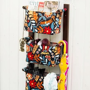 Fali tartó 3 textil rekesszel - zsebes tároló - előszobai rendszerező - fekete alapon színes virágos mintával, Otthon & Lakás, Fali tároló, Tárolás & Rendszerezés, Falra szerelhető textil zsebes tartó Ez egy jól kihasználható, praktikus falra szerelhető fali tárol..., Meska