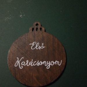 Egyedi szöveggel írott fa karácsonyfadísz, Otthon & Lakás, Karácsony & Mikulás, Karácsonyi dekoráció, Fotó, grafika, rajz, illusztráció, Egyedi szövegezésű, fa karácsonyfa dísz.\n\nBármilyen szöveg kerülhet rá, mindkét oldala írható. Példá..., Meska