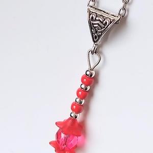Piros virág medál, Ékszer, Medál, Ékszerkészítés, Egy piros színű, csiszolt, áttetsző üveggyöngyre, piros színű műanyag gyöngyöket, ezüst színű fém gy..., Meska