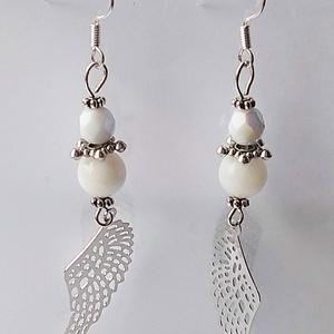 Ezüst angyalszárny fülbevaló, Ékszer, Fülbevaló, Karácsony, Ünnepi dekoráció, Dekoráció, Otthon & lakás, Ékszerkészítés, A fülbevalót egy-egy ezüst színű fém angyalszárnyra építettem, amit mozgó elemként szereltem fel. A ..., Meska
