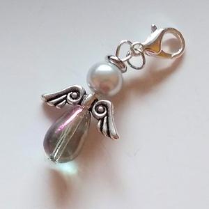 Ezüst angyalka kulcstartó, Ékszer, Egyéb, Kulcstartó, táskadísz, Táska, Divat & Szépség, Mobilékszer, Ékszerkészítés, A kulcstartót egy színjátszó, áttetsző csepp alakú üveggyöngyből és egy ezüst színű tekla gyöngyből ..., Meska