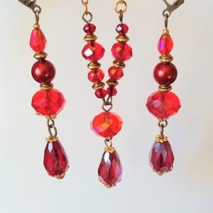 Piros báli ékszerszett, Ékszerszett, Ékszer, Ékszerkészítés, A fülbevalót egy piros színjátszó csepp üveggyöngyre szereltem, amit arany színű gyöngykupakok öleln..., Meska