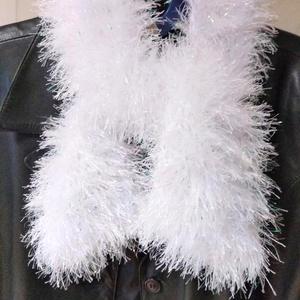 Hófehér színjátszás Sál, Táska, Divat & Szépség, Ruha, divat, Sál, sapka, kesztyű, Sál, Kötés, A sálat Alize márkájú fonalból készítettem, vastag körkötőtűvel. A fehér sálat csillogó fémszálak te..., Meska